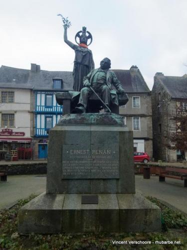 Tréguier. Statue de Ernest Renan.