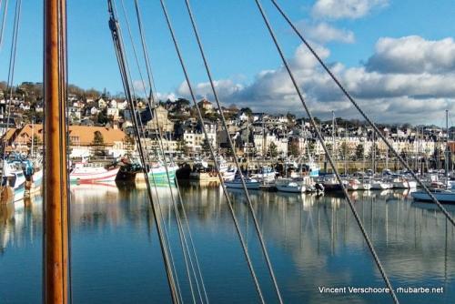 Deauville, le port. Vue vers Trouville.