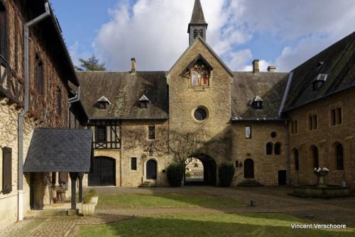 Abbaye d'Orval - cour d'entrée.